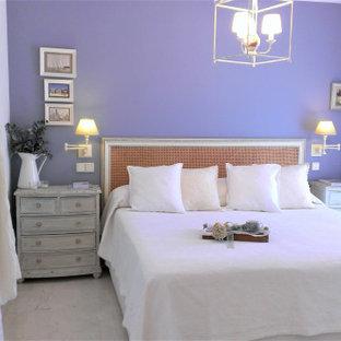 Ejemplo de dormitorio principal, tradicional, de tamaño medio, con paredes azules, suelo de mármol y suelo beige