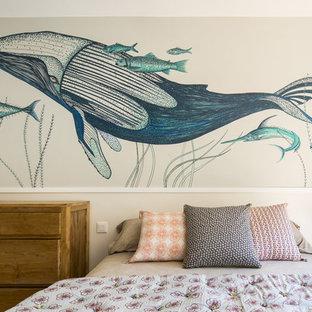 Diseño de dormitorio principal, marinero, de tamaño medio, sin chimenea, con paredes blancas y suelo de madera en tonos medios