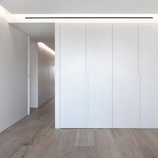 Foto de dormitorio moderno, grande, con paredes blancas y suelo de baldosas de cerámica