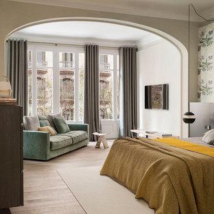 Imagen de dormitorio principal, mediterráneo, grande, con paredes blancas, suelo de madera en tonos medios y suelo beige