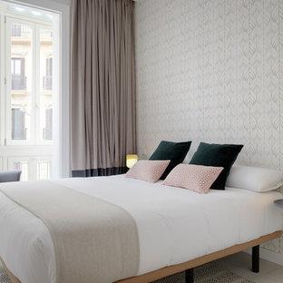 Foto de dormitorio principal, contemporáneo, con suelo de madera clara y suelo beige