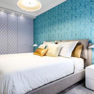 Imagen de dormitorio principal, actual, de tamaño medio, con paredes azules y suelo gris