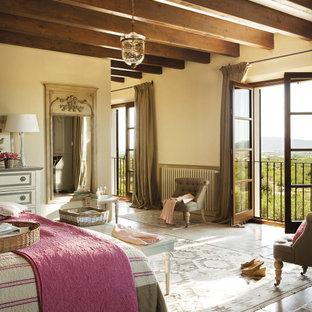 Diseño de dormitorio principal, campestre, con paredes beige, suelo marrón y suelo de piedra caliza