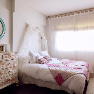 Diseño de dormitorio principal, campestre, de tamaño medio, sin chimenea, con paredes blancas y moqueta