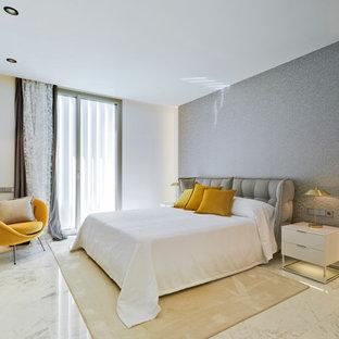 Ejemplo de habitación de invitados contemporánea con paredes blancas y suelo blanco