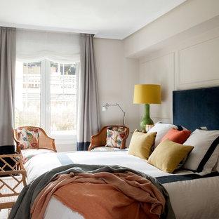 Modelo de dormitorio principal, tradicional renovado, de tamaño medio, con paredes beige