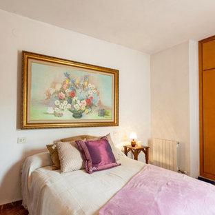 Modelo de dormitorio principal, rústico, de tamaño medio, con paredes beige y suelo de mármol