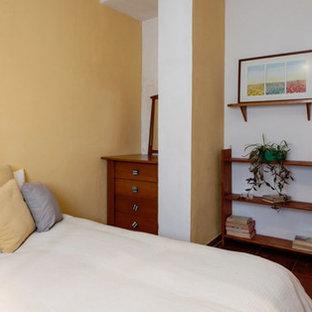 Ejemplo de habitación de invitados rústica, de tamaño medio, con paredes beige, suelo marrón y suelo de mármol