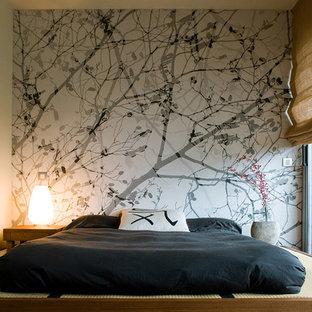 Стильный дизайн: хозяйская спальня среднего размера в восточном стиле с белыми стенами, татами, бежевым полом и акцентной стеной без камина - последний тренд