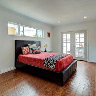 Idee per una camera degli ospiti classica di medie dimensioni con pareti bianche, pavimento in compensato, nessun camino e pavimento marrone