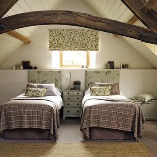 Modelo de habitación de invitados de estilo de casa de campo, de tamaño medio, sin chimenea, con paredes beige y suelo de cemento