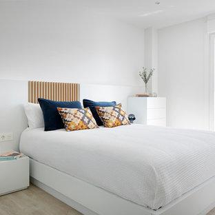 Foto de dormitorio principal, escandinavo, de tamaño medio, sin chimenea, con paredes blancas, suelo de madera clara y suelo beige