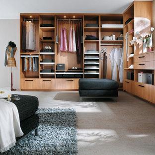 Ejemplo de vestidor de mujer, contemporáneo, grande, con suelo de baldosas de terracota