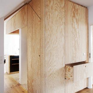 EIngebautes, Neutrales Modernes Ankleidezimmer mit flächenbündigen Schrankfronten, hellen Holzschränken, hellem Holzboden und beigem Boden in Nantes