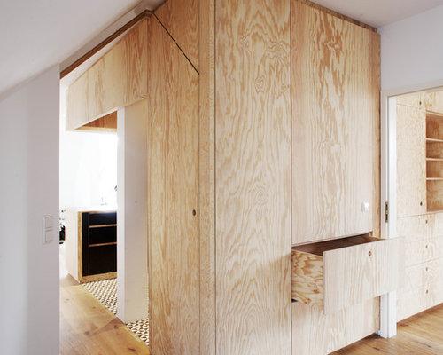 EIngebautes, Neutrales Modernes Ankleidezimmer Mit Flächenbündigen  Schrankfronten, Hellen Holzschränken, Hellem Holzboden Und Beigem