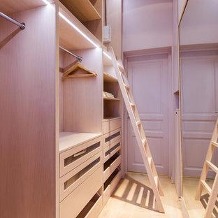 パリの小さい女性用コンテンポラリースタイルのおしゃれなフィッティングルーム (オープンシェルフ、淡色木目調キャビネット、淡色無垢フローリング、茶色い床) の写真