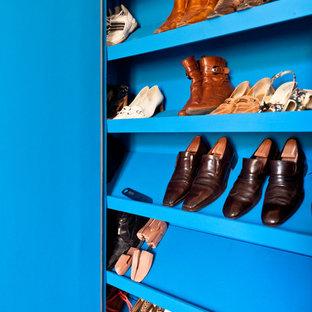 ボルドーの中くらいの男女兼用コンテンポラリースタイルのおしゃれな壁面クローゼット (インセット扉のキャビネット、青いキャビネット) の写真
