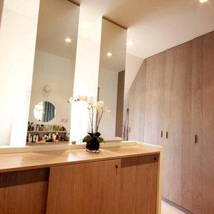 Foto de vestidor unisex, minimalista, pequeño, con armarios abiertos, puertas de armario grises, moqueta y suelo blanco