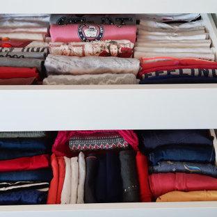 Imagen de armario de mujer, actual, pequeño, con armarios tipo vitrina, puertas de armario blancas, suelo de linóleo y suelo beige