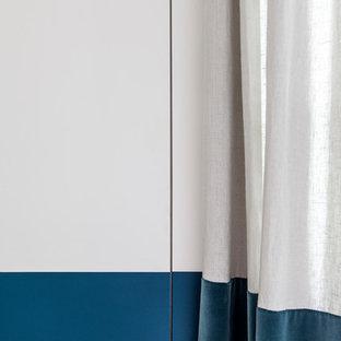 Diseño de armario y vestidor escandinavo, pequeño, con suelo de madera clara