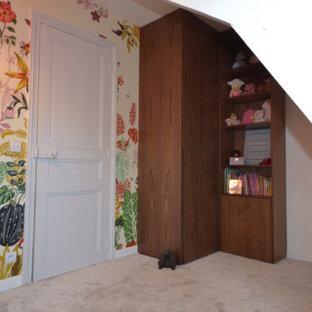 Diseño de armario y vestidor de mujer, tradicional renovado, de tamaño medio, con armarios con rebordes decorativos, puertas de armario de madera en tonos medios, moqueta y suelo gris