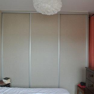 Imagen de armario unisex, bohemio, de tamaño medio, con armarios con rebordes decorativos y puertas de armario beige