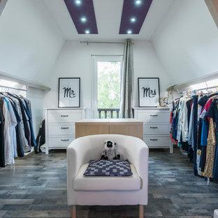 Exemple d'un dressing room éclectique neutre.