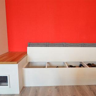 Imagen de armario unisex, moderno, pequeño, con suelo de madera en tonos medios