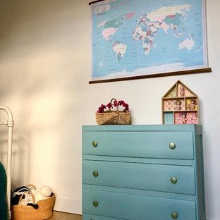 Imagen de armario y vestidor unisex, retro, de tamaño medio, con puertas de armario azules