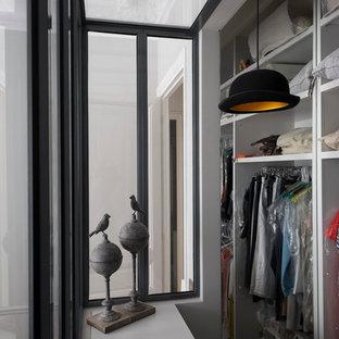 Cette photo montre un dressing et rangement tendance de taille moyenne et neutre avec un placard sans porte et des portes de placard blanches.