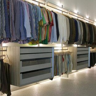 Идея дизайна: большая парадная гардеробная унисекс в современном стиле с открытыми фасадами, полом из линолеума и бежевым полом