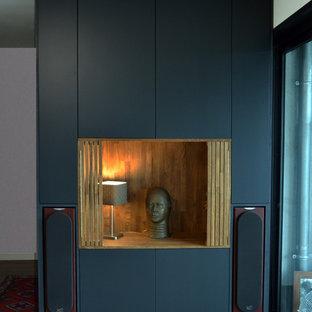 Modelo de armario unisex, minimalista, de tamaño medio, con armarios con rebordes decorativos, puertas de armario grises y suelo de madera oscura