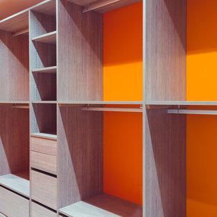 Mittelgroßes, Neutrales Modernes Ankleidezimmer mit Ankleidebereich, offenen Schränken, hellen Holzschränken, Keramikboden und weißem Boden in Grenoble