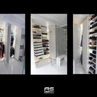 Modelo de vestidor unisex, tradicional renovado, extra grande, con armarios con rebordes decorativos, puertas de armario grises, suelo de mármol y suelo blanco