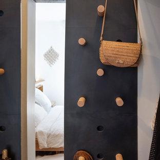 Diseño de vestidor unisex, industrial, pequeño, con armarios con puertas mallorquinas, puertas de armario de madera clara, suelo de madera clara y suelo beige