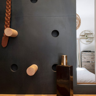 Diseño de vestidor unisex, urbano, pequeño, con armarios con puertas mallorquinas, puertas de armario de madera clara, suelo de madera clara y suelo beige