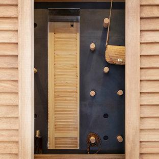 Foto de vestidor unisex, urbano, pequeño, con armarios con puertas mallorquinas, puertas de armario de madera clara, suelo de madera clara y suelo beige
