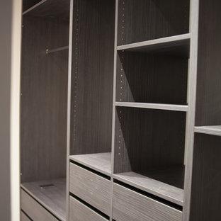 Foto de armario vestidor unisex, actual, grande, con armarios abiertos y puertas de armario de madera en tonos medios