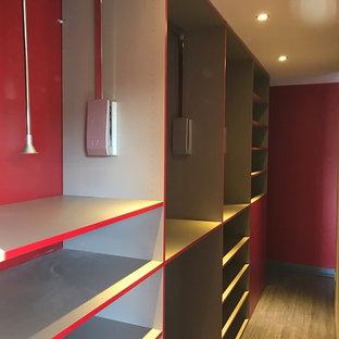 Foto de vestidor unisex, actual, grande, con suelo de madera clara, suelo beige y puertas de armario rojas