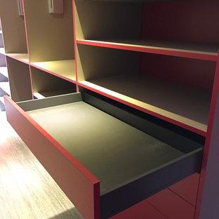 Ejemplo de vestidor unisex, contemporáneo, grande, con suelo de madera clara, suelo beige y puertas de armario rojas