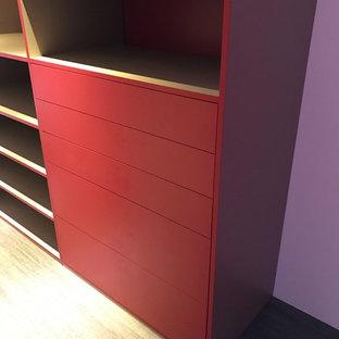 Ejemplo de vestidor unisex, actual, grande, con suelo de madera clara, suelo beige y puertas de armario rojas