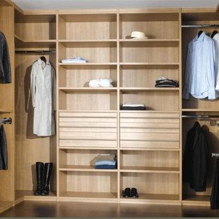 Immagine di una cabina armadio unisex contemporanea di medie dimensioni con nessun'anta, ante in legno chiaro e pavimento in marmo