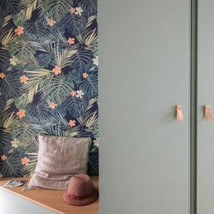 Modelo de armario vestidor unisex, escandinavo, grande, con puertas de armario verdes y suelo de madera clara