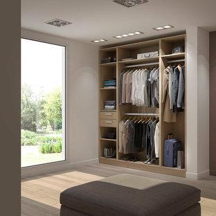 Ejemplo de vestidor unisex, nórdico, grande, con puertas de armario de madera clara, armarios abiertos y suelo de madera clara