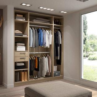 Modelo de vestidor unisex, nórdico, grande, con puertas de armario de madera clara, armarios abiertos y suelo de madera clara