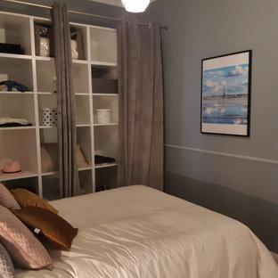 Ispirazione per un piccolo spazio per vestirsi unisex classico con nessun'anta, ante bianche, pavimento in compensato e pavimento beige