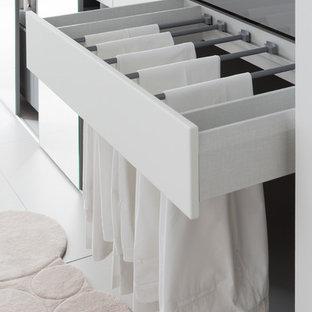 Cette image montre un grand dressing et rangement design neutre avec un placard sans porte et des portes de placard grises.