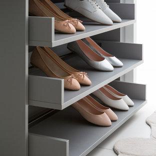 Inspiration pour un grand dressing room design neutre avec un placard sans porte et des portes de placard grises.
