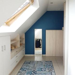 Idee per uno spazio per vestirsi unisex nordico di medie dimensioni con ante con riquadro incassato, ante in legno chiaro, pavimento con piastrelle in ceramica e pavimento beige