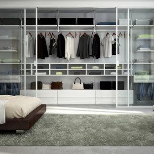 Cette photo montre un placard dressing tendance neutre avec un placard à porte vitrée, des portes de placard blanches, un sol en carreau de terre cuite et un sol gris.